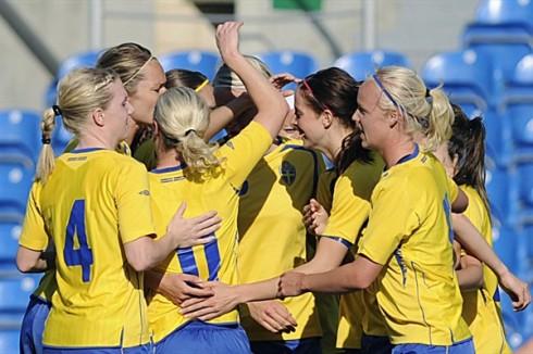 Lotta Schelin (terceira à direita) é saudada após colocar a Suécia em vantagem frente aos EUA (© UEFA)