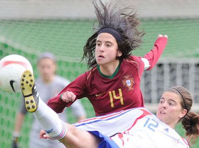 Dolores Silva esteve incansável no meio-campo luso e foi uma das figuras do jogo (© FPF)