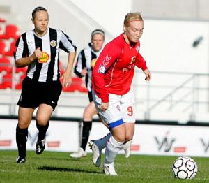 Edda Gardarsdottir com Margrét Lára Vidarsdóttir's (de vermelho), ambas internacionais AA pela Islândia