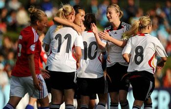 Kyra Malinowski (segunda à esquerda) é felicitada depois de fazer o 3-1 para a Alemanha (© UEFA)