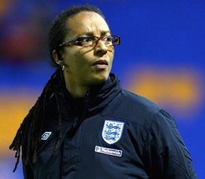 Hope Powell é a seleccionadora feminina de Inglaterra (© UEFA)