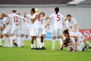 As inglesas comemoram no final do encontro (© UEFA)