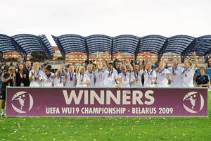 A selecção inglesa festeja o triunfo na final (© UEFA)